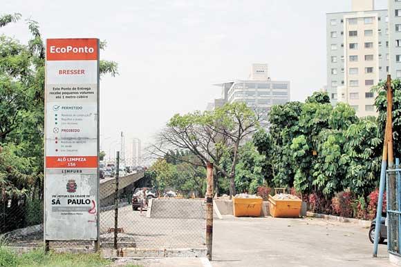 TATUAPÉ – Pneus são descartados na calçada
