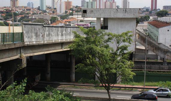 VIADUTO VILA MATILDE – Sujeira e abandono degradam região
