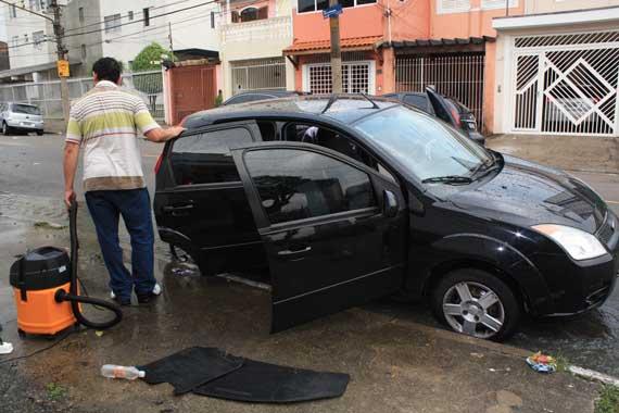 TATUAPÉ – Enchente arrasta veículo e tira tampa de bueiro