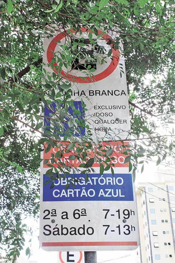 PRAÇA SILVIO ROMERO – Vagas para deficientes têm sinalização incompleta
