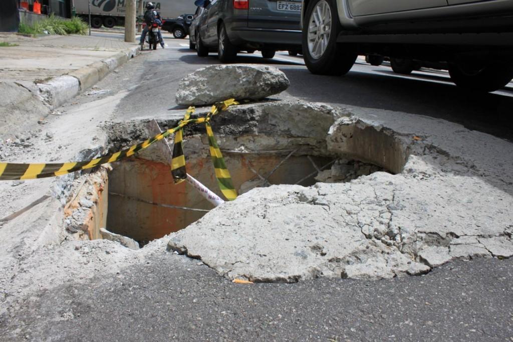 Cratera assusta motoristas