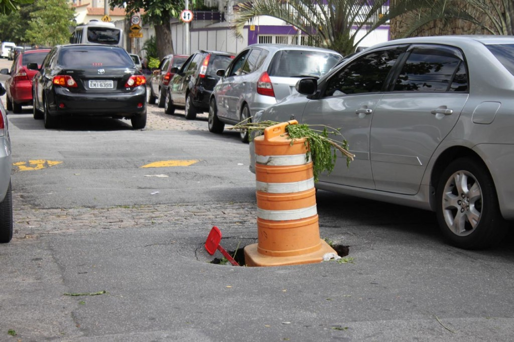 Buraco na via causa acidente
