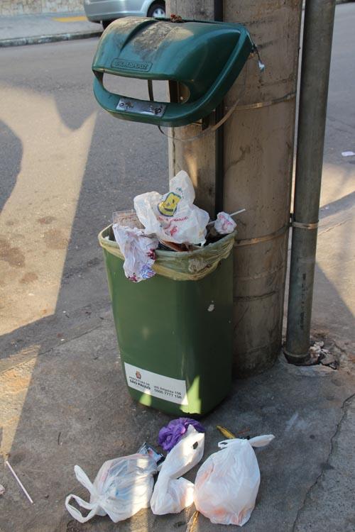 Vandalismo: Lixeiras quebradas ainda geram custos