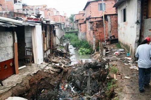 PENHA – Córrego é canalizado