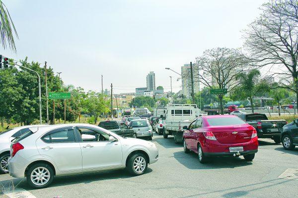 Cruzar a Av. Aricanduva  nem sempre é fácil para o motorista