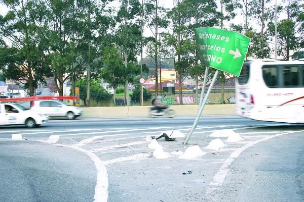 Placas danificadas em Itaquera