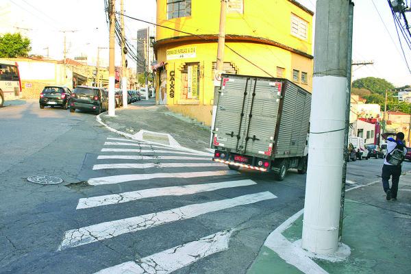 Rua Ipojuca – Motoristas ignoram placa