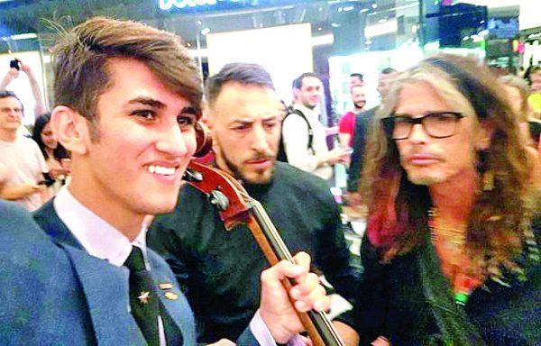 Vocalista do Aerosmith canta  com aluno do Projeto Guri