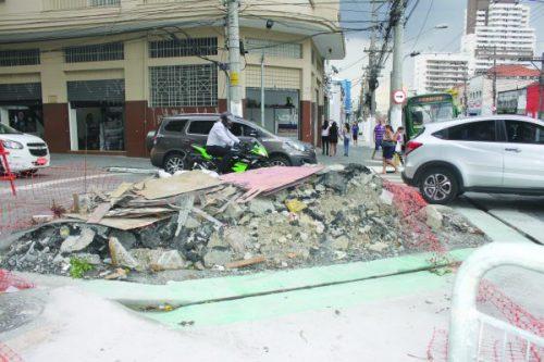 Henrique Sertório: entulho de obra da Prefeitura bloqueia parte da rua