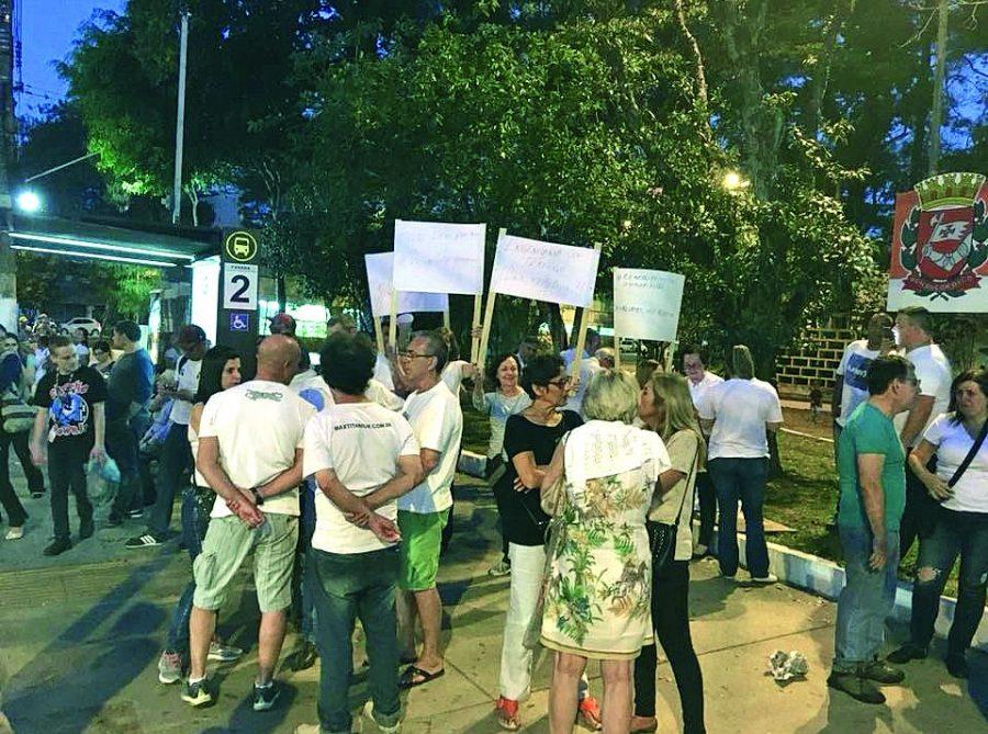 Moradores fazem manifestação na Celso Garcia