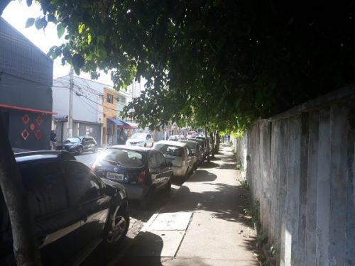 CALÇADAS ESCURAS – Pedestre é desrespeitado