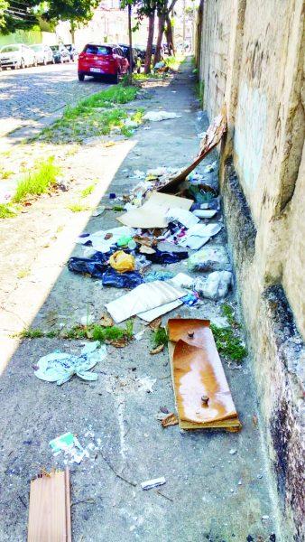 Calçada da Rua Sousa Breves: cheia de lixo