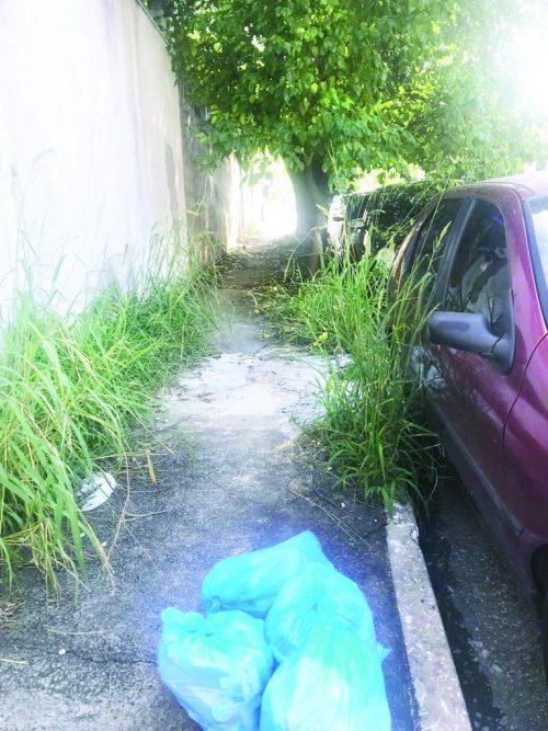 Calçada abandonada gera insegurança